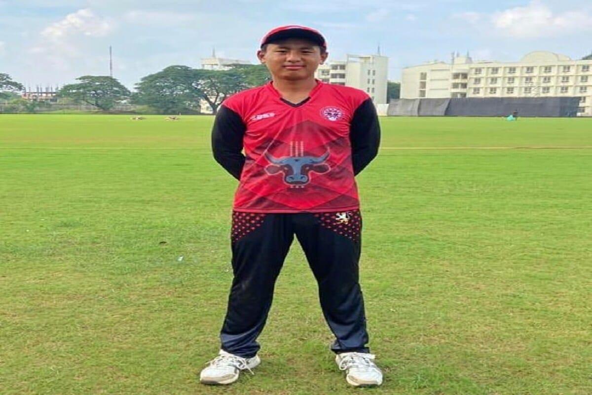 आयपीएलची सगळ्यात मजबूत टीम असलेल्या मुंबई इंडियन्सचं लक्ष आता 14व्या मोसमावर लागलं आहे. यासाठी टीमने काही नवीन नावं जोडण्यासाठी प्रयत्न सुरू केले आहेत. मुंबईने सय्यद मुश्ताक अली ट्रॉफीदरम्यान एका खेळाडूची ट्रायलसाठी निवड केली आहे. लेग स्पिनर ख्रीविस्तो केन्स (Khrievitso Kense) सय्यद मुश्ताक अली ट्रॉफीमध्ये नागालॅण्डकडून खेळला. या खेळाडूचं वय फक्त 16 वर्ष आहे. ख्रीविस्तो केन्सचा खेळ पाहून मुंबई इंडियन्सचा एक अधिकारी प्रभावित झाला. (PC-FACEBOOK Khrievitso Kense)