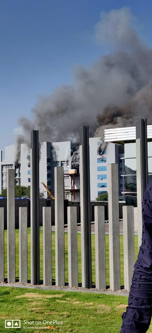 शॉर्टसर्किटमुळे आग लागल्याचा प्राथमिक अंदाज वर्तविण्यात येत आहे. वेल्डिंगचं काम सुरू असताना आग लागली, अशीही माहिती मिळते आहे. मात्र करोनाची लस याठिकाणी तयार करण्यात येत असल्याने सर्व यंत्रणांनी या घटनेकडे गांभीर्याने लक्ष दिलं आहे.