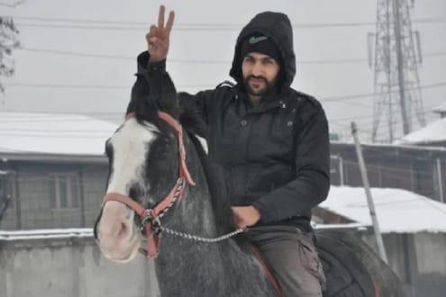 या काश्मिरी तरुणानं घोड्यावर स्वार होत भर बर्फात केलं कर्तव्य, बघा व्हायरल VIDEO