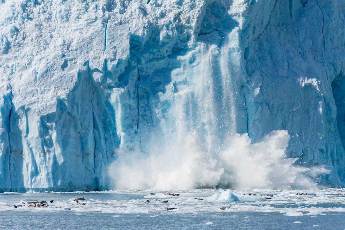 हिमकडे स्वत: इतके धोकादायक नसतात तर इतर परिस्थिती त्यास धोकादायक बनवते. परंतु तरीही हळू वेगाने वाहतानाही ते अत्यंत शक्तिशाली असतात. मोठ्या दगडाप्रमाणे ते आपल्यासमोर येणारी प्रत्येक गोष्ट चिरडतात, त्यांच्यासमोर जंगल, पर्वत या गोष्टीदेखील टिकत नाही.