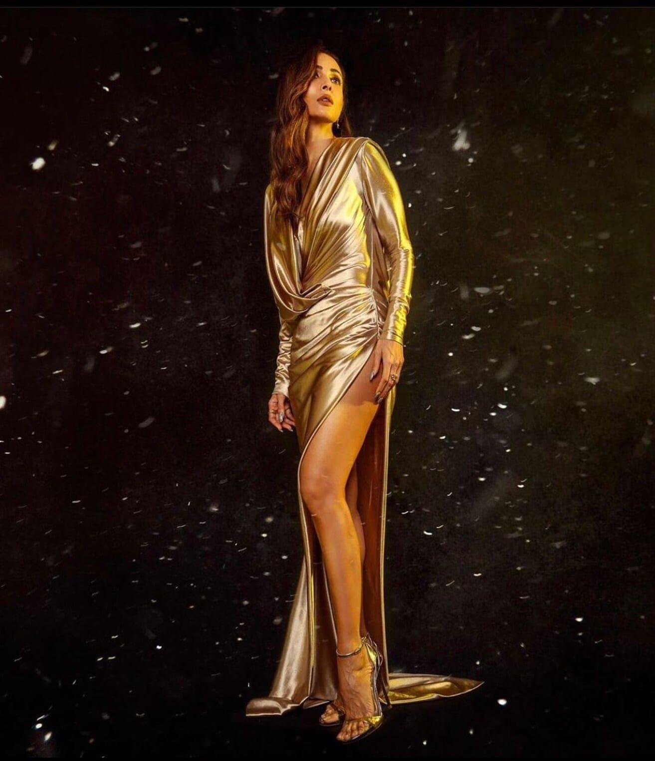 सोनेरी रंगाच्या गाऊनमध्ये मलायका खूपच सुंदर आणि बोल्ड दिसत आहे.