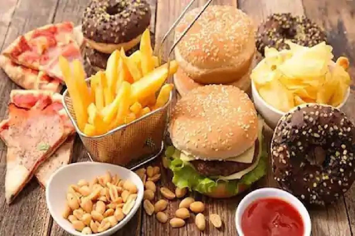 4) जंक फूड टाळा: पिझ्झा, बर्गर, वेफर्स इ. जंक फूड शक्य होईल तितक टाळा. या पदार्थांमध्ये खूप जास्त तेल असत. आणि ह्याने तुमचं वजन अजून जास्त झपाट्याने वाढू शकत.