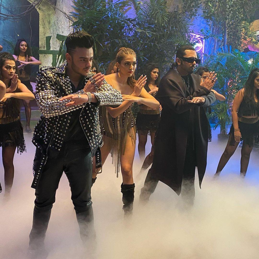 हे गाणं सध्या हनी सिंग पेक्षाही यामध्ये डान्स करणाऱ्या तरुणीमुळं अधिक चर्चेत आहे. (फोटो सौजन्य इन्स्टाग्राम)
