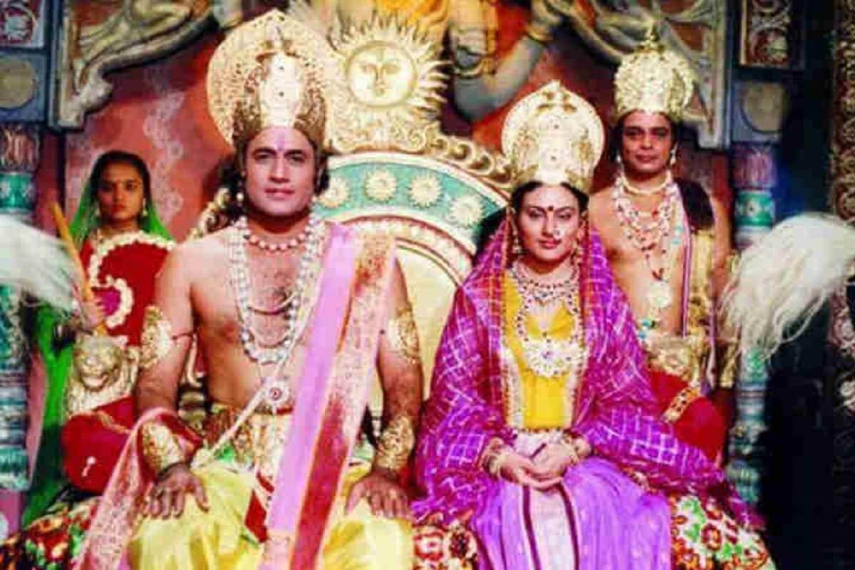रामानंद सागर यांची 'रामायण' ही मालिका भारतीय कलासृष्टीत अजरामर झाली आहे. या मालिकेतील राम आणि सीताची भूमिका साकारलेल्या कलाकारांना तर लोकांनी अक्षरशः ईश्वराचा दर्जा दिला होता.