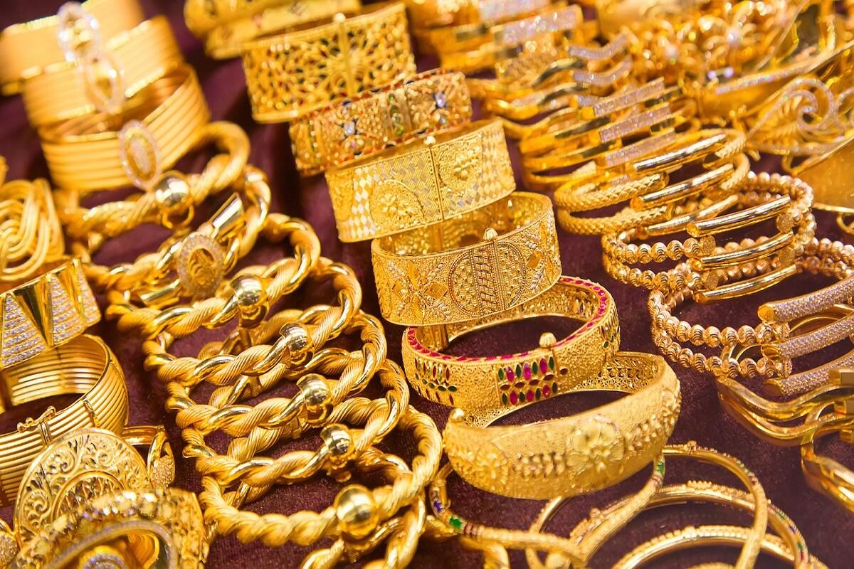 तुम्हीदेखील स्वस्तात सोनं खरेदी करण्याचा प्लॅन करत असाल तर ही तुमच्यासाठी उत्तम संधी आहे. सरकारची सॉवरेन गोल्ड स्कीम (Sovereign Gold Bond) पुन्हा एकदा गुंतवणूकदारांसाठी सुरू झाली आहे. आपण आजपासून म्हणजेच 1 मार्च ते 5 मार्च या कालावधीत या योजनेत गुंतवणूक करू शकता.गोल्ड बॉन्डसाठी सरकारनं यावळी इश्यू प्राईस 4,662 रुपये प्रतिग्राम म्हणजेच 46,620 रुपये प्रति 10 ग्राम इतकी निश्चित केली आहे.