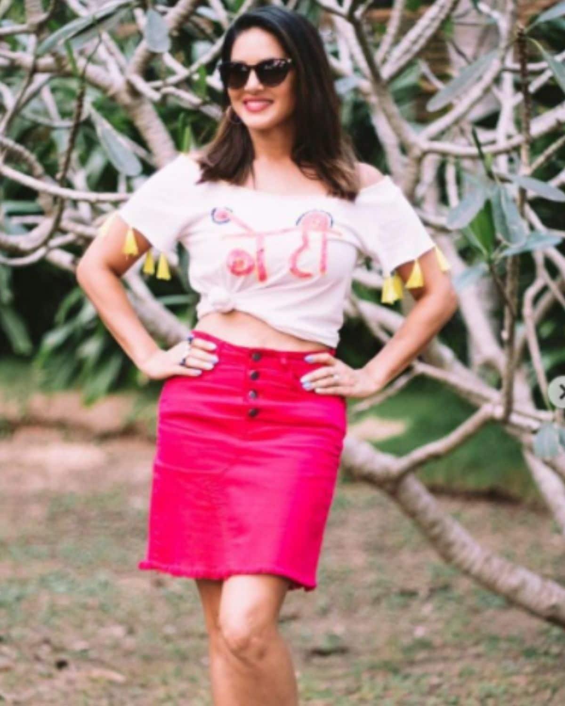 सनीने घातलेल्या पांढऱ्या आणि गुलाबी रंगाच्या या ड्रेसची एक खासियत आहेत . ती म्हणजे या ड्रेसवर समोर मोठ्या अक्षरांत 'बेटी 'असं लिहिलं आहे.