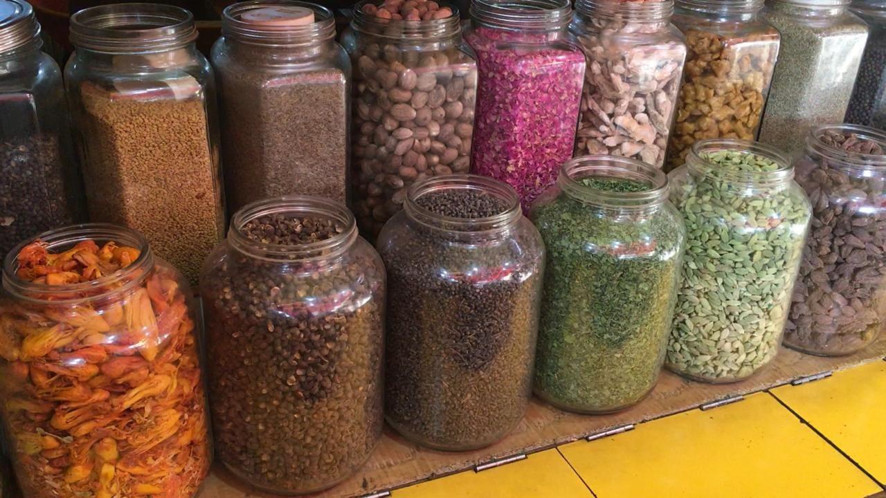मुंबई: मुंबईच्या तप्त उन्हांत लालबागच्या गल्लीत एक वेगळीचं दुनिया सजलेली असते. ही रंगीबेरंगी दुनिया असते मसाल्यांची. या गल्लीत नजर जाईल तिथे मसाल्यांचीचं दुकानं बघायला मिळतात.
