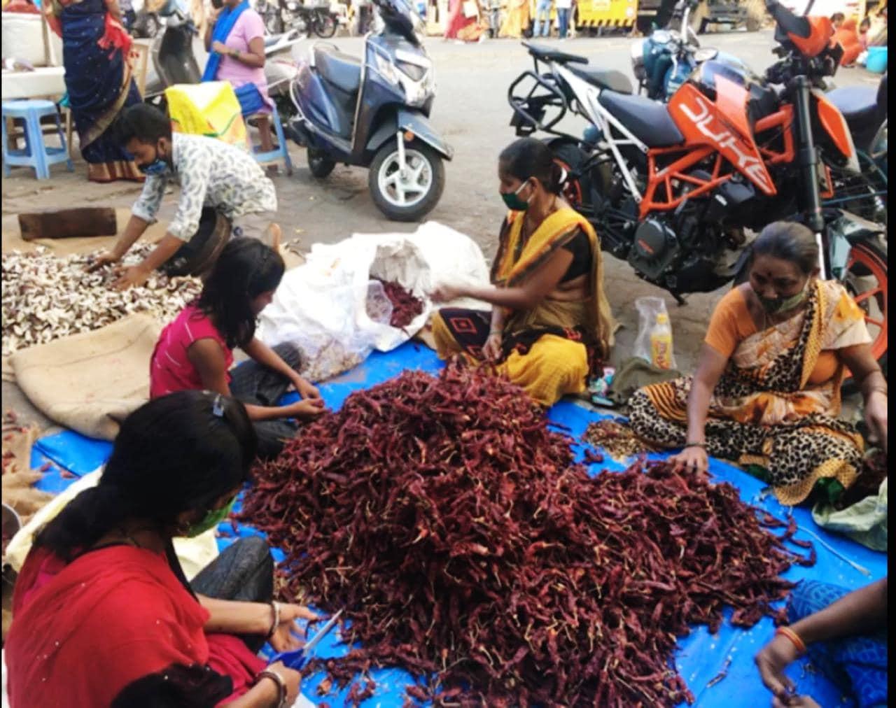 उन्हाळ्यात गावोगावी वाळवणाचं हे चित्र काही नवं नाही. मात्र मुंबईतील लालबागमध्ये सुद्धा अशी ही मसाल्यांची दुनिया भरते हे थोडं कौतुकास्पद आहे.