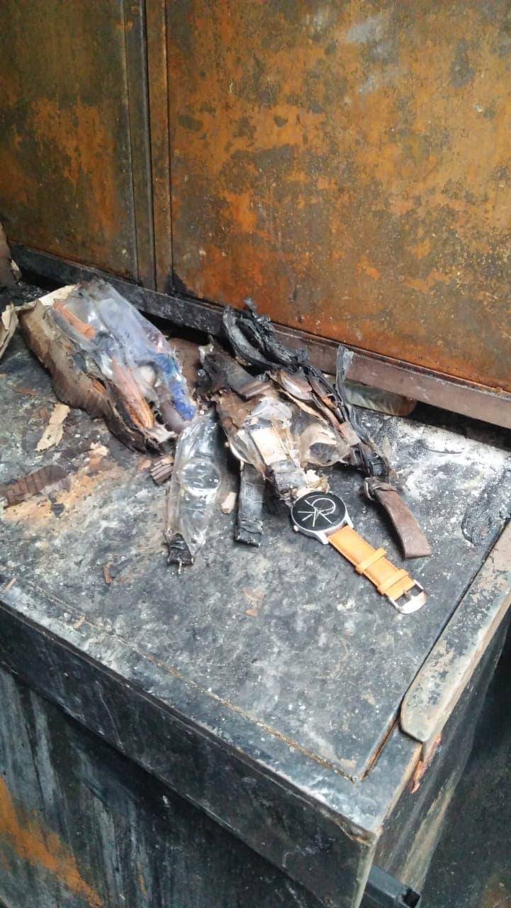 कोरोनामुळे दीर्घकाळानंतर सुरू झालेला व्यवसाय उभा करताना आधीच व्यापाऱ्यांचं कंबरडं मोडलं होतं. त्यातच आणखी भर या आगीमुळे पडले आहे.