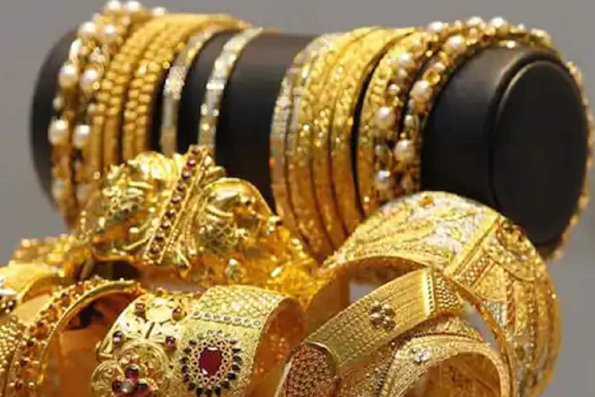 गेले काही दिवस सोन्याचे दर लक्षणीयरित्या घसरले होते. अगदी आता सोनं 43 हजारांवर पोहोचलं होतं. पण आता सोनं पुन्हा महाग होऊ लागलं आहे.