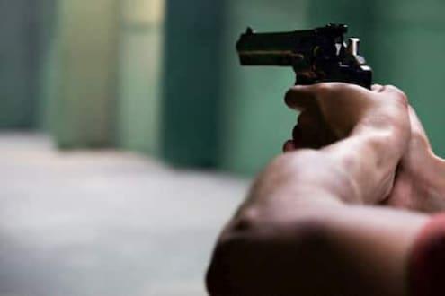 भयंकर! पोलीस कर्मचाऱ्याचा सासुरवाडीत अंधाधुंद गोळीबार, पत्नी आणि सासू-सासऱ्यांची केली हत्या