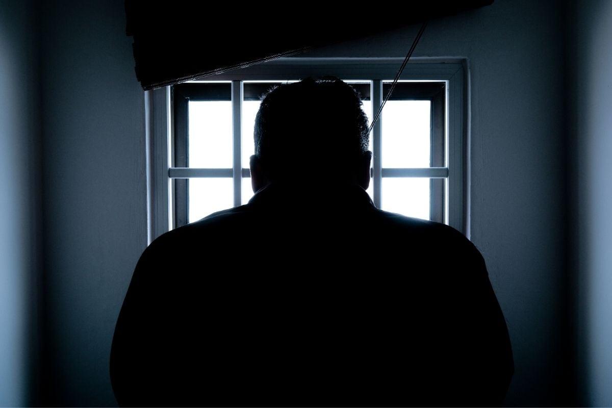 तपासणी दरम्यान मिळालेल्या माहितीनुसार ती कैद्याला प्रेम पत्रदेखील लिहित होती. ब्रिटेनच्या न्यायाधीशांनी स्कारलेटला या गुन्ह्यासाठी 10 महिन्यांचा तुरुंगवास सुनावला आहे. न्यायाधीशांनी सांगितलं की, तिच्या या कृत्यामुळे कैद्याला फायदा झाला आहे आणि तुरुंगाच्या सुरक्षेला धोका निर्माण झाला आहे. त्यानंतर अन्य कैद्यांनी सांगितलं की, त्या कैदीबाबत स्कारलेट नेहमी चिंतेत होती आणि नेहमी त्याच्याशी बोलताना दिसत असे.