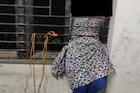 क्वारंटाइन सेंटरमधून पळून जाण्याचा प्रयत्न फसला, मुलगी  खिडकीतच अडकली!
