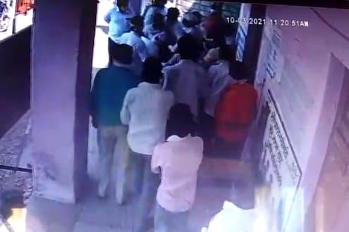 Solapur News : मुद्यावरुन थेट गुद्यावर, विरोधकांकडून सरपंचाला बेदम मारहाण LIVE VIDEO
