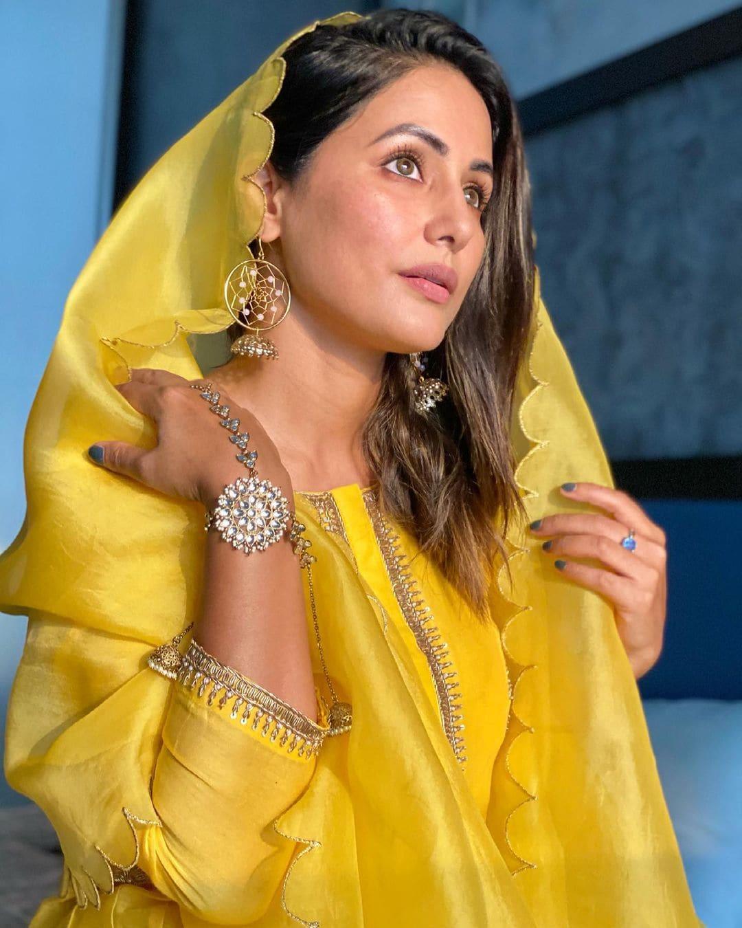 हिना खान सोशल मीडियावर मोठ्या प्रमाणात सक्रीय असते. ती नेहमीच आपले बोल्ड फोटो सोशल मीडियावर पोस्ट करत असते. मात्र हिनाचं हा पारंपरिक अंदाज चाहत्यांना खुपचं भावलाय.