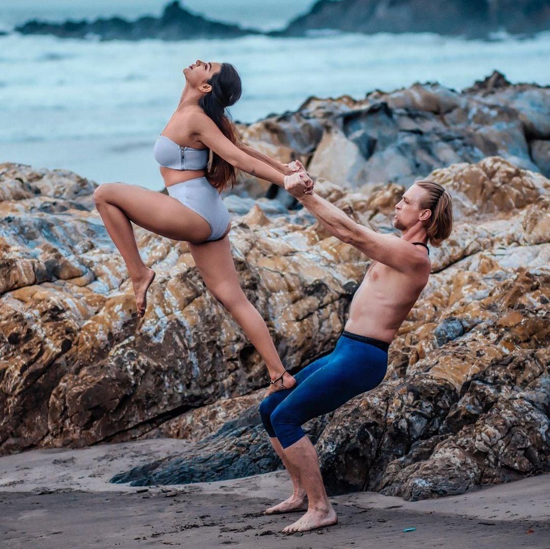 मात्र या फोटोंमध्ये ती कुठल्याही जीममध्ये नव्हे तर चक्क समुद्र किनारी व्यायाम करताना दिसत आहे. (Aashka Goradia Goble/Instagram)