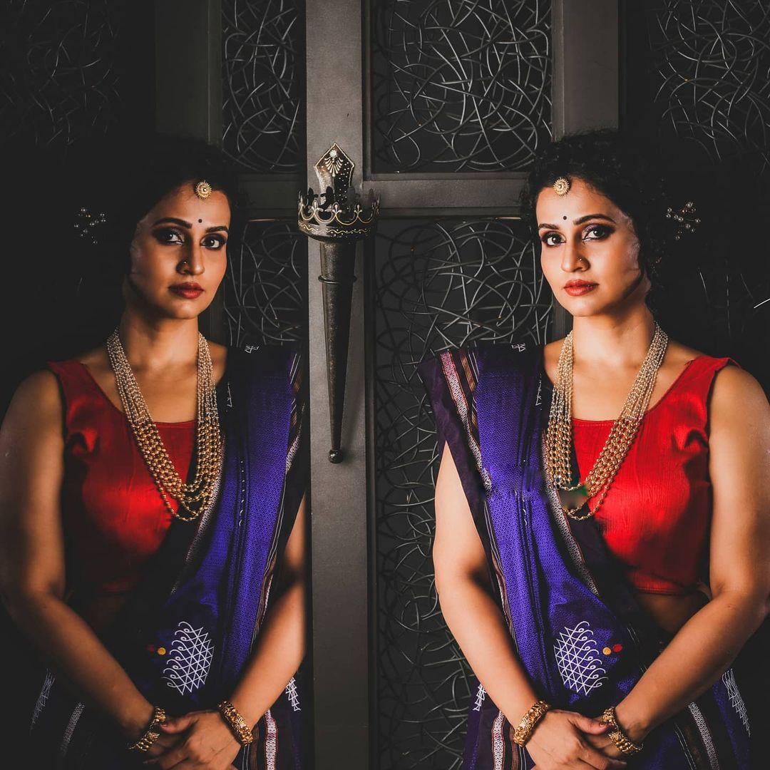 मुंबईत गोरेगावमध्ये लहानाची मोठी झालेल्या दीप्तीने नालंदा नृत्यकला महाविद्यालयातून कला शाखेमध्ये पदवी मिळवली.