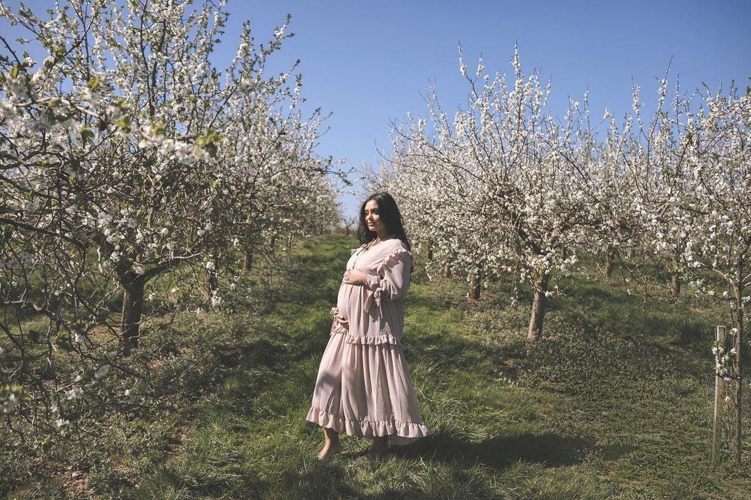आशफा लवकरच आई होणार आहे. अन् ही आनंदाची बातमी आपल्या चाहत्यांना सांगण्यासाठी तिनं एक खास फोटोशूट केलं आहे.