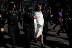 VIDEO: प्रिन्स फिलीप यांच्या शोकसभेत गोंधळ; महिलेने रस्त्यावरच काढले सर्व कपडे