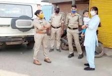 कोरोना काळात मुलाला कडेवर घेऊन कर्तव्य बजावतेय 'ही' महिला पोलीस; PHOTO VIRAL