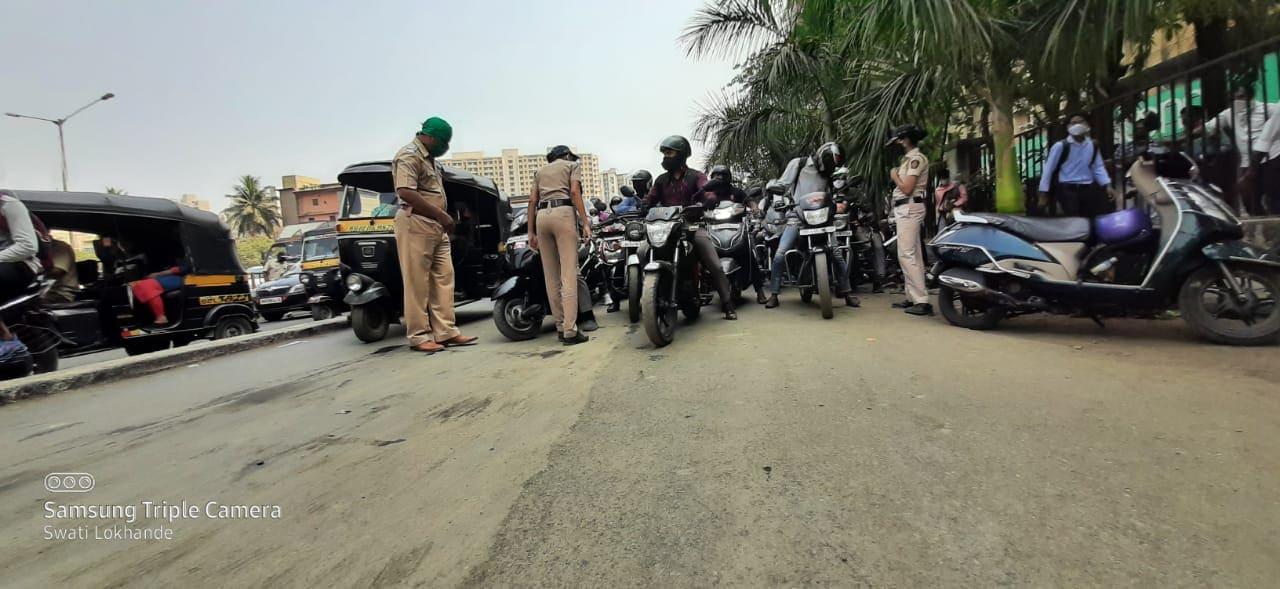अत्यावश्यक सेवेत सहभागी नसणाऱ्या अन्यथा वाहनांना आणि प्रवाशांना पोलिसांकडून तपासणीनंतर परत पाठवलं जातं आहे.