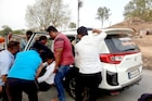 मदतीचा हात, कोरोना रुग्णांना रुग्णालयात पोहोचवण्यासाठी दिली स्वतःची गाडी