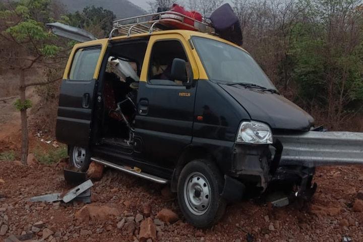 भरधाव मारुती इको कार महामार्गावरील रेलिंगमध्ये घुसली, इंजिन फुटले ; 1 महिला ठार