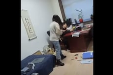 VIDEO - ऑफिसमध्येच धू धू धुतलं; आंबटशौकिन बॉसला महिलेने घडवली चांगलीच अद्दल