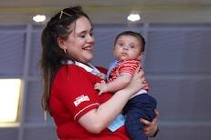 मॅच पाहणाऱ्या बाळाचा गोंडस Photo Viral, ओळखलं का ही आईमुलाची जोडी कोण आहे?