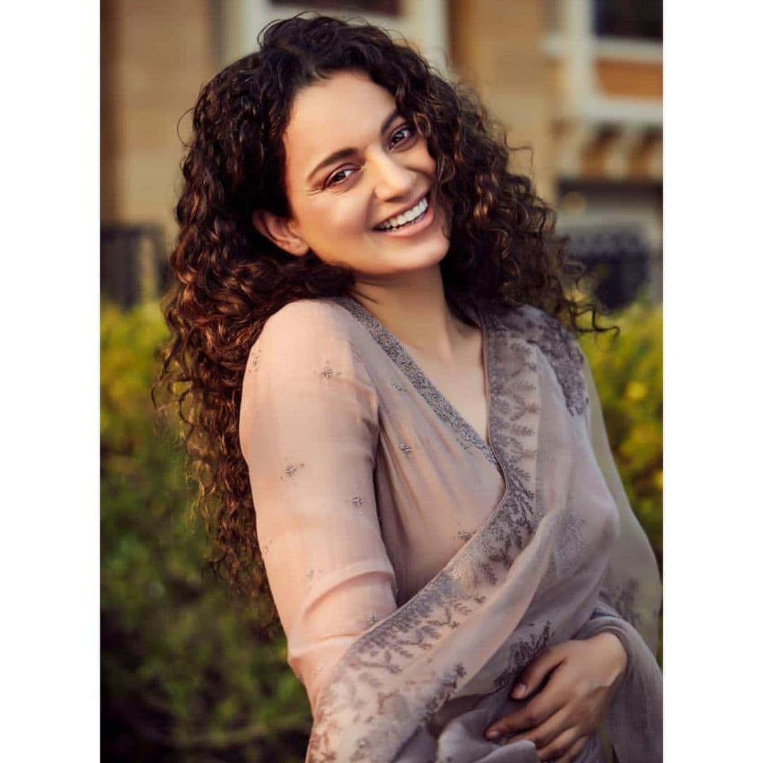 अभिनेत्री कंगनाचं ट्विटल अकाउंट हे बॅन करण्यात आलं. आहे. नेहमीच वादग्रस्त वक्तव्य करणाऱ्या कंगानाला ट्विटर ने मोठा धक्का दिला आहे. पश्चिम बंगाल मधील हिंसाचाराचे अनेक फोटो तिने पोस्ट केले होते. त्यानंर तिचं अकाउंट बंद करण्यात आलं.