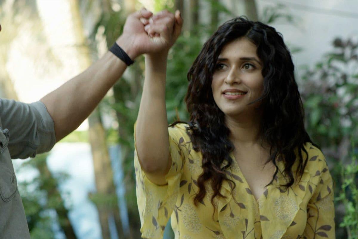 त्याचबरोबर मन्नारा चोप्रा वेब फिल्म 'हाल-ए-दिल ऑन ब्रोकन नोट्स' बॉलीफेमवर रिलीज झाली आहे. ती चाहत्यांना मोठ्या प्रमाणात पसंत येत आहे. यामध्ये अभिनेता गौतम वीज आहे. तसंच अंशू राजपूतसुद्धा आहे.