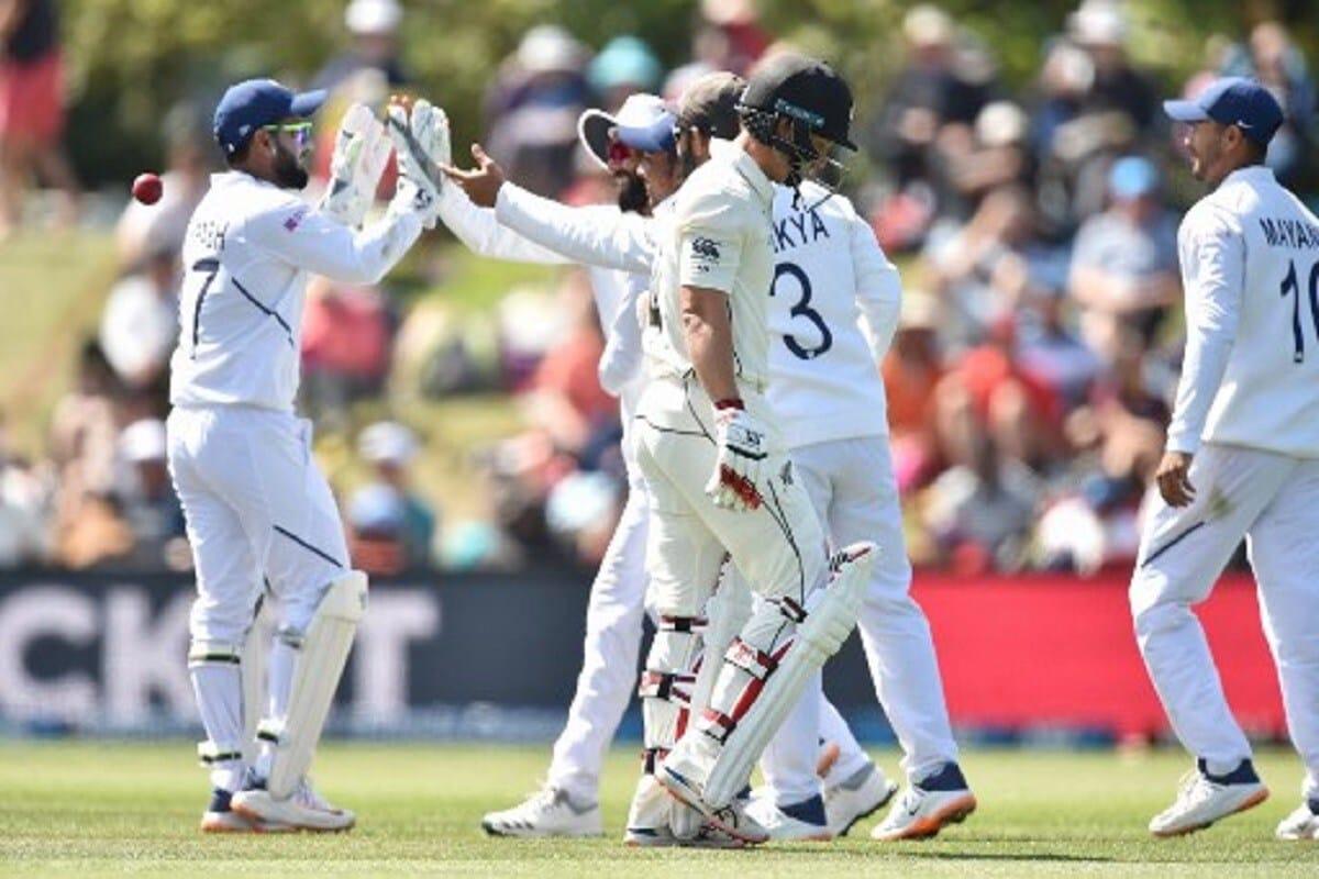 न्यूझीलंडने इंग्लंडविरुद्धची पहिली टेस्ट जिंकली तर ते पहिल्या क्रमांकावर जातील, पण जर त्यांना दुसऱ्या टेस्टमध्ये अपयश आलं तर भारतीय टीम पुन्हा पहिल्या क्रमांकावर पोहोचेल. म्हणजेच न्यूझीलंडला पहिला क्रमांक गाठण्यासाठी इंग्लंडचा दोन्ही टेस्टमध्ये पराभव करावा लागणार आहे.