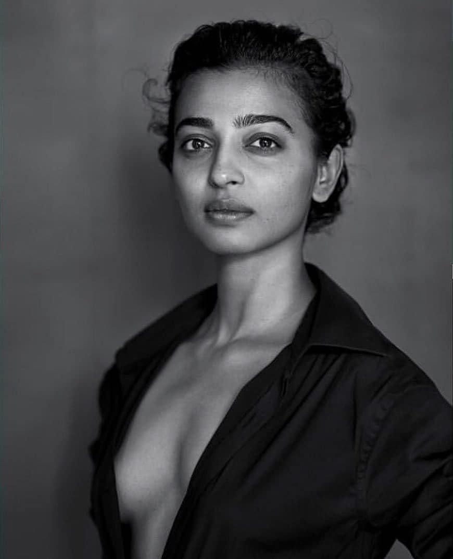 राधिका तिच्या सोशल मीडियावर हटके लूक्स पोस्ट करत असते.,