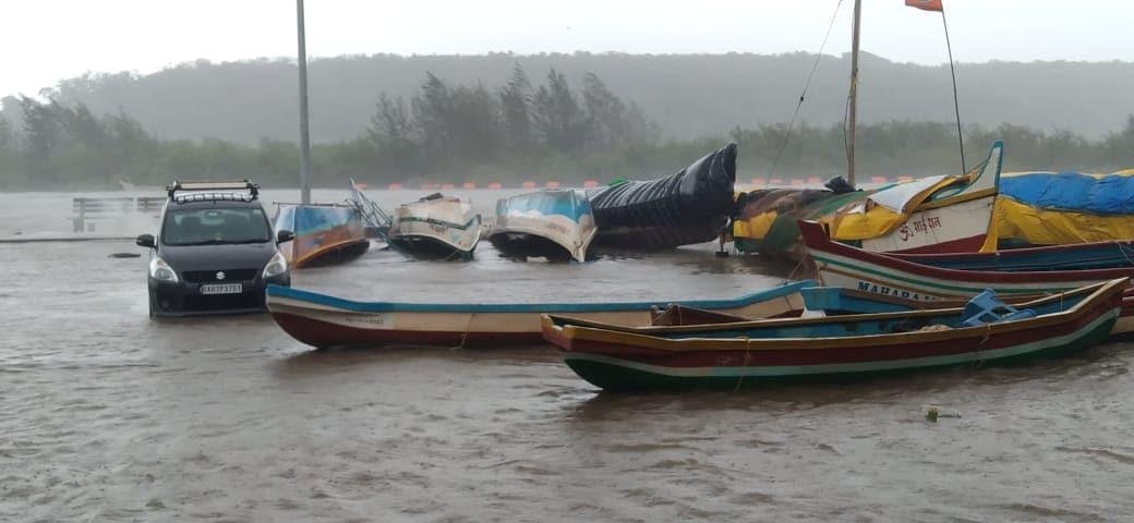 मुंबई आणि परिसरात सोमवारी दुपारपासून तुफान वाऱ्यासह पावसाचा जोर वाढला.