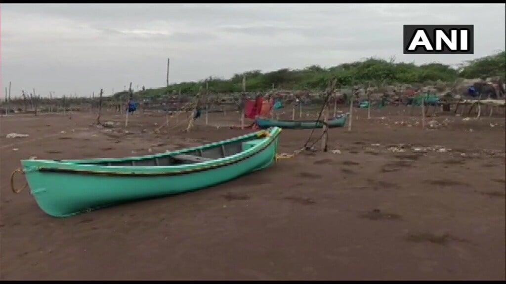 मुंबईसह ठाणे, पालघर, रायगड या चार जिल्ह्यांमध्ये अतिमुसळधार पावसाचा इशारा दिल्याने समुद्रकिनाऱ्यावरचं सगळं काम बंद होतं.