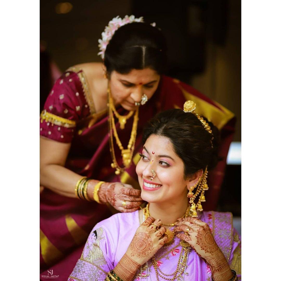 अभिनेत्री अभिज्ञा भावेने आपल्या लग्नातील आई सोबतची खास आठवण शेयर करत शुभेच्छा दिल्या आहेत.
