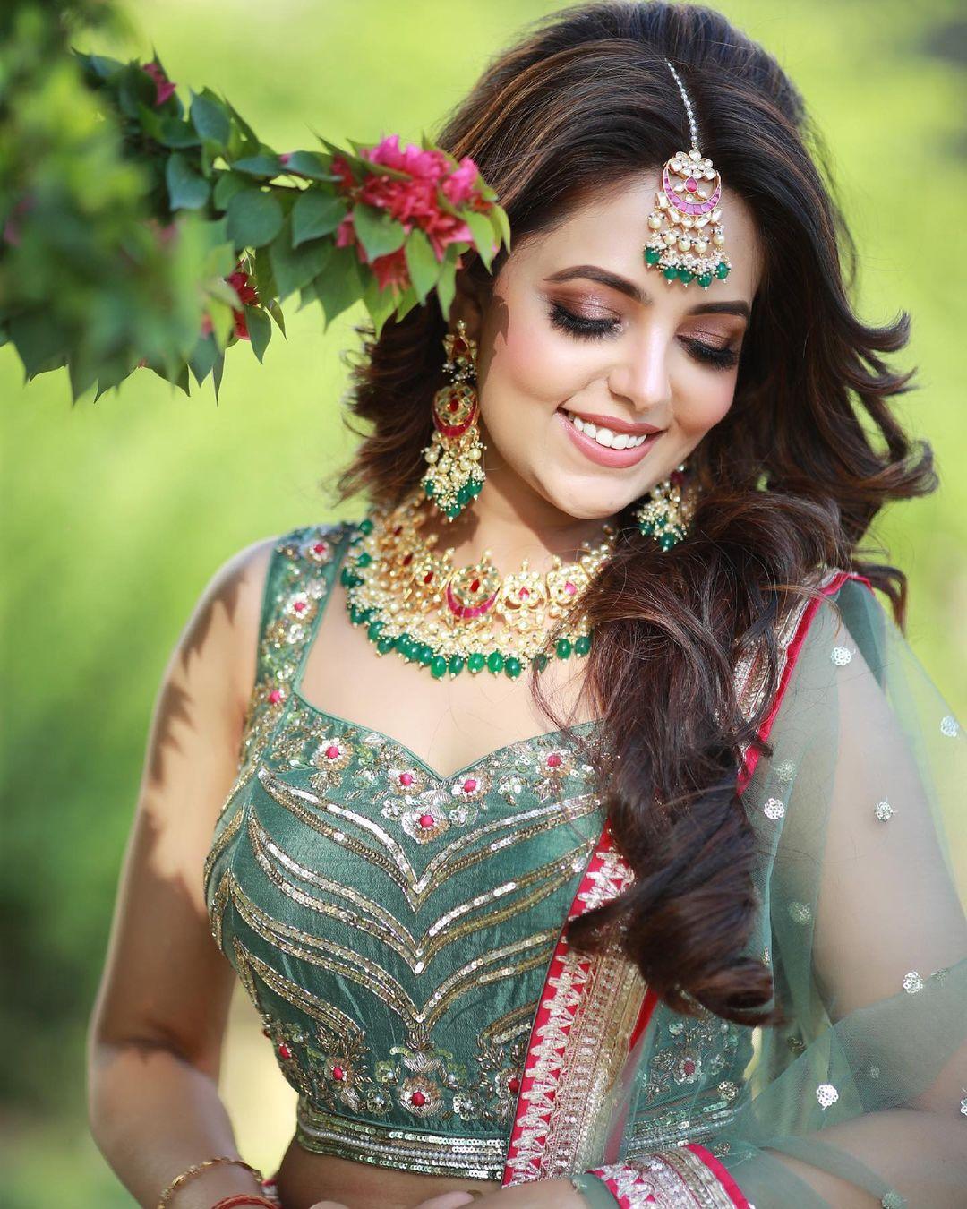 सुगंधाने सुंदर हिरव्या रंगाचा लेहेंगा तिच्या मेहंदीसाठी परिधान केला होता.