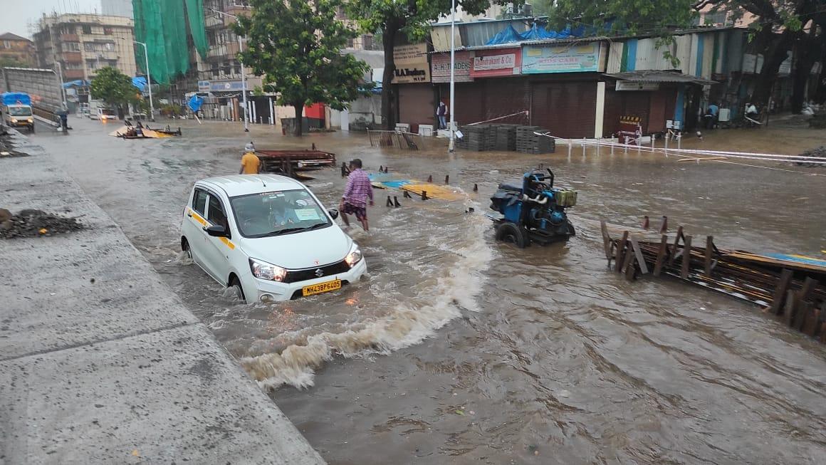 जोरदार पावसामुळे मुंबईतील परेल परिसरात मोठ्या प्रमाणात पाणी साचलं आहे. यामुळे याठिकाणी वाहतूक बंद करण्यात आली आहे. तसेच नागरिकांना दुसऱ्या मार्गानं जाण्यास सांगितलं जात आहे.