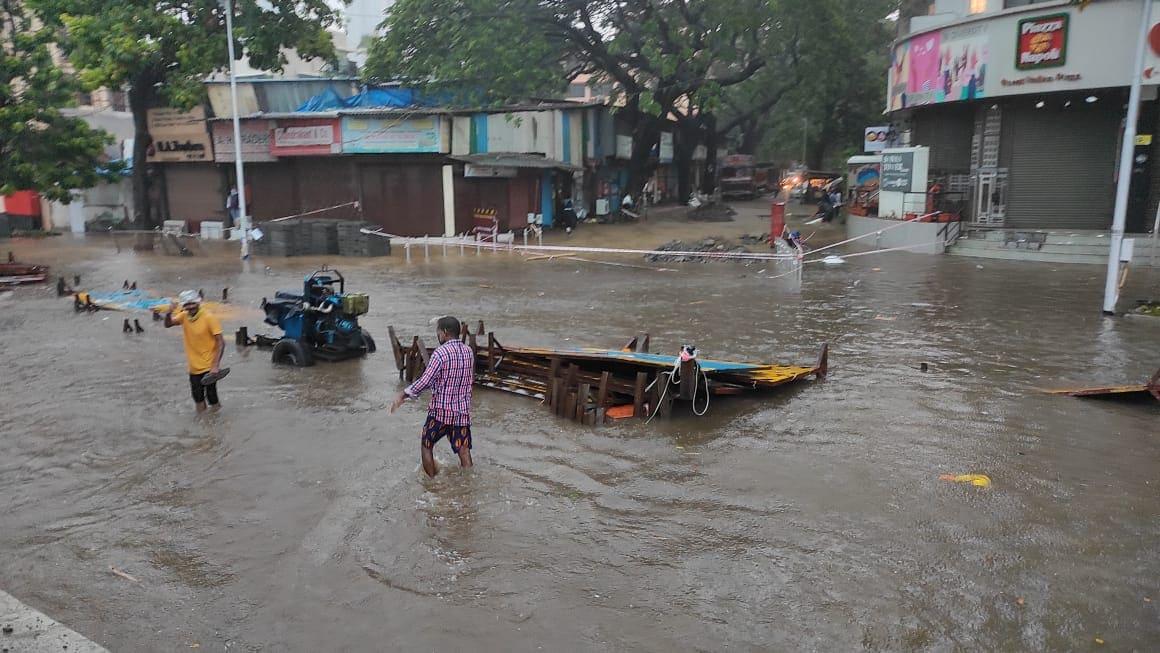 चक्रीवादळाच्या वेगवान वाऱ्यामुळे मुंबईतील लोकल सेवा देखील ठप्प करण्यात आली आहे. पुढीत काही तास मुंबई जोरदार पावसाची शक्यत असल्याचं हवामान खात्यानं सांगितलं आहे.