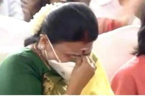 VIDEO : तामिळनाडूला मिळाले नवे मुख्यमंत्री, शपथविधी कार्यक्रमात पत्नीला अश्रू अनावर