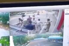 VIDEO : 15 फुटांचा भव्य गेट कोसळल्याने पोलीस आणि इंजिनिअरचा चिरडून मृत्यू