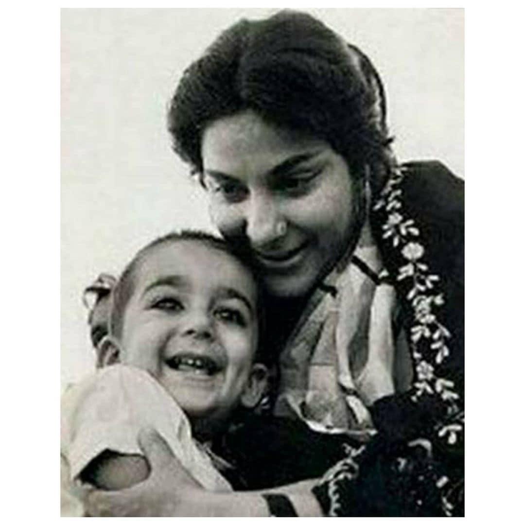 मातृदिनाला संजयने हा फोटो शेअर केला होता. ज्यात लहान संजूबाबा दिसत आहे.