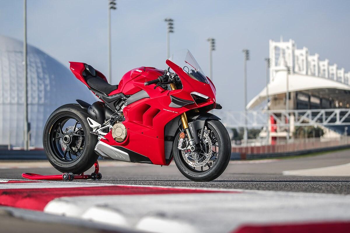 Ducati Panigale V4S डुकाटीची व्ही 4 इंजिन असलेली पहिली मोठ्या-प्रॉडक्शन स्ट्रीट बाईक आहे
