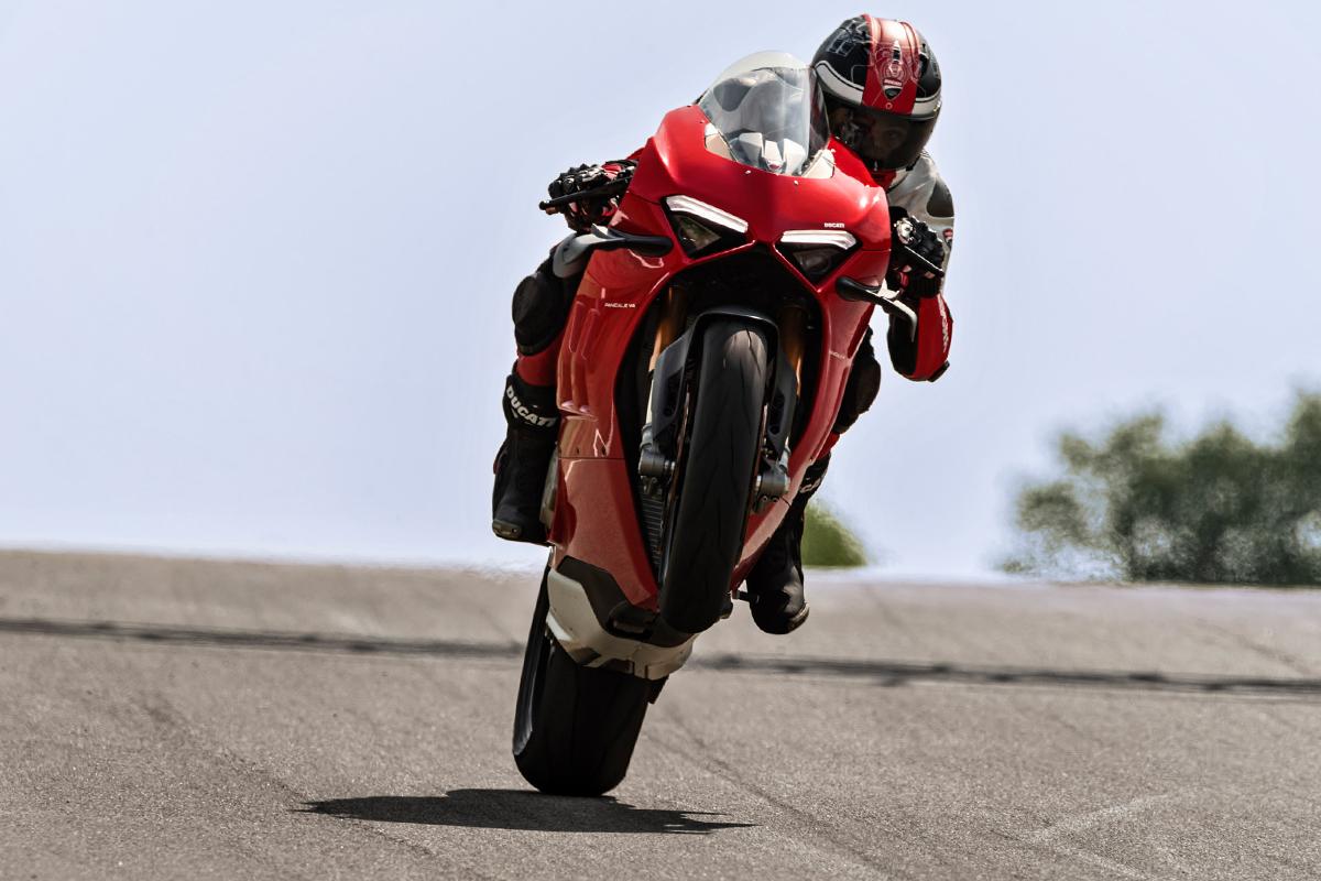 Ducati Panigale V4S च्या इलेक्ट्रॉनिक्समध्ये ट्रॅक्शन आणि ड्राफ्ट कंट्रोलसह 1299 सुपरगिजेरापासून तयार केलेली व्हीली कंट्रोल सिस्टम समाविष्ट आहे