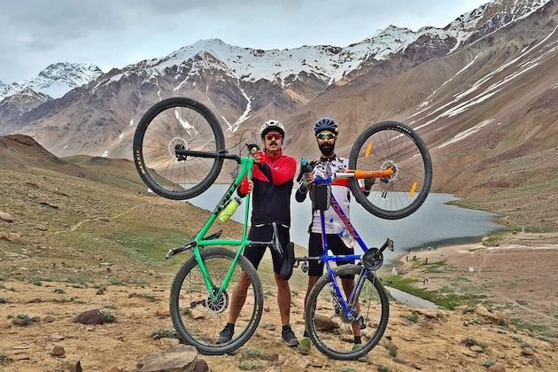 IAS अधिकाऱ्याने सायकलवरून केला प्रवास, तेही हिमालयात! चंद्रताल लेकचे PHOTO