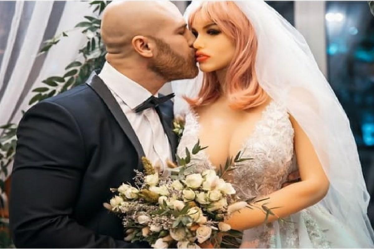 यूकेमधील FUBAR रेडिओवरच्याबरोबर मुलाखतीमध्ये त्याने ही घोषणा केली आहे. पहिल्यांदा 2020 मध्ये यूरी तोलोचकोने आपली सेक्स डॉल मार्गो हिच्या लग्न केलं होतं.