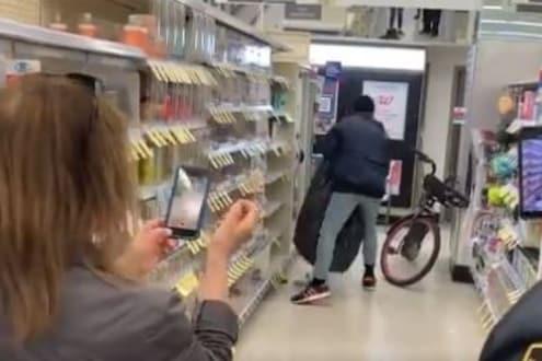 VIDEO: सर्वांसमोरच युवकानं केली दुकानात चोरी; मात्र एका नियमामुळे कोणीही अडवू शकलं नाही