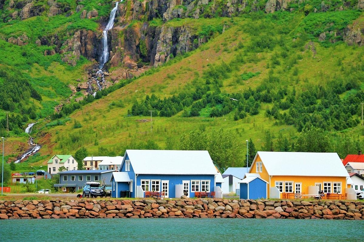 एका संशोधनानुसार आइसलँडची माती आणि पाणी यांच्या रासायनिक रचनेमुळे मच्छर याठिकाणी जगणं अशक्य आहे.