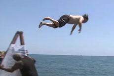 सलग 365 दिवस पाण्यात उडी मारत राहिली ही व्यक्ती; कारण वाचून तुम्हीही व्हाल थक्क