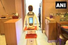 बोला, काय खाणार? रेस्टॉरंटमध्ये आता रोबो घेतायत ऑर्डर, पाहा Photo